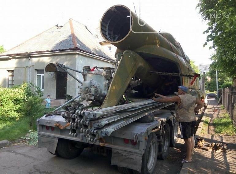 З луцького військового музею забрали на відновлення вертоліт та ракету (ФОТО), фото-8