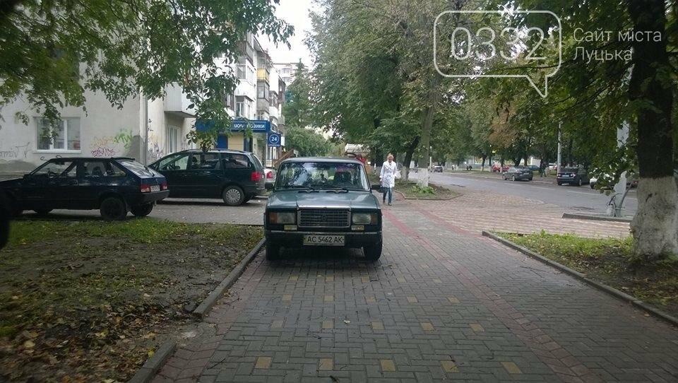 Луцькі водії паркуються за власними правилами, фото-2