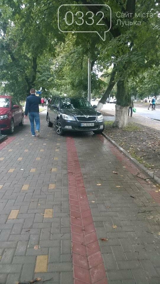 Луцькі водії паркуються за власними правилами, фото-1