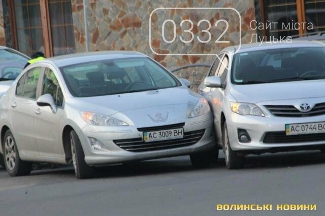 ДТП  біля «Променя»: Toyota і Peugeot не поділили дорогу, фото-1