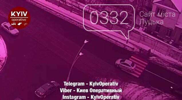 Тягнув понад 10 метрів: маршрутник на переході на смерть збив чоловіка, фото-1