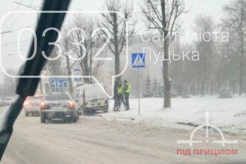 """У Луцьку автомобіль поліції """"вискочив"""" на огорожу, фото-4"""