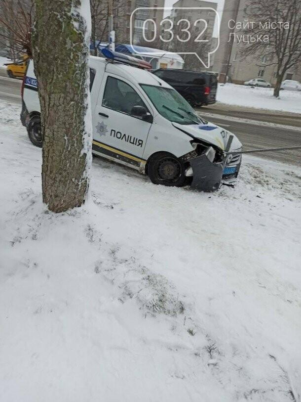 """У Луцьку автомобіль поліції """"вискочив"""" на огорожу, фото-2"""