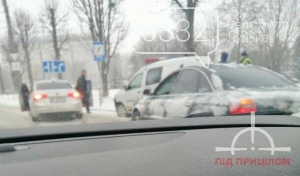 """У Луцьку автомобіль поліції """"вискочив"""" на огорожу, фото-3"""