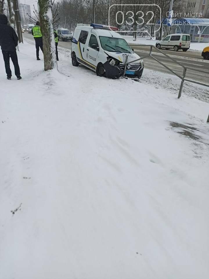 """У Луцьку автомобіль поліції """"вискочив"""" на огорожу, фото-1"""
