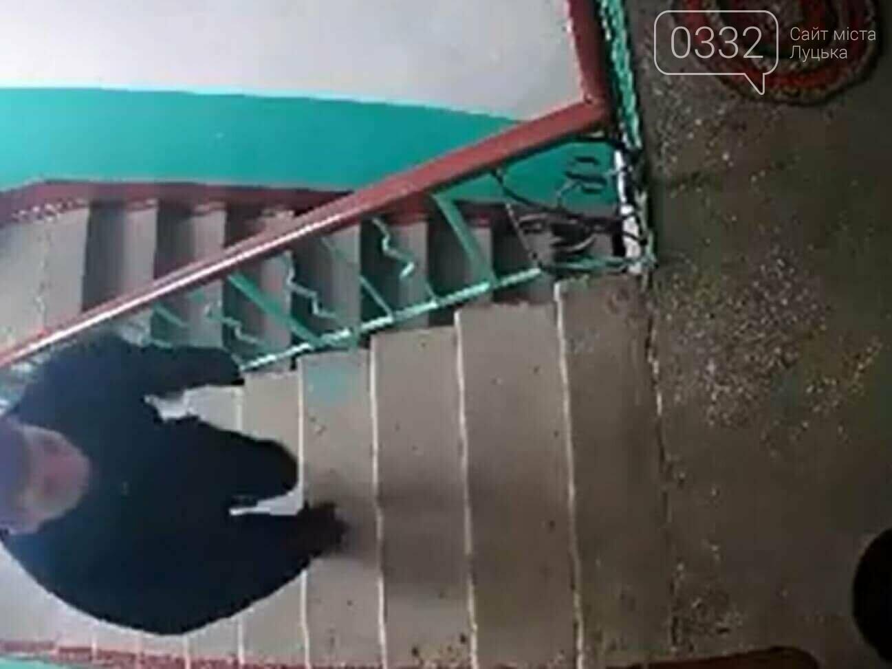 У місті на Волині невідомий ходить по під'їздах та перевіряє замки квартир, фото-1