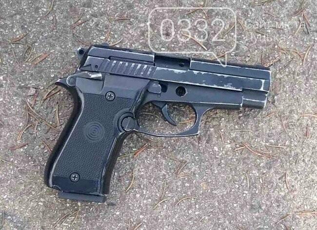 У Луцьку біля меморіалу затримали чоловіка з пістолетом. ФОТО, фото-1
