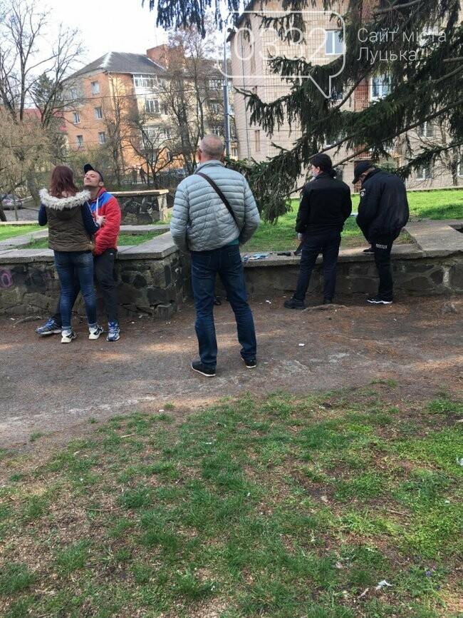 У Луцьку біля меморіалу затримали чоловіка з пістолетом. ФОТО, фото-2