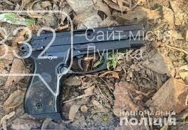 У Луцьку чоловік посеред дня стріляв з пістолета на вулиці, фото-1