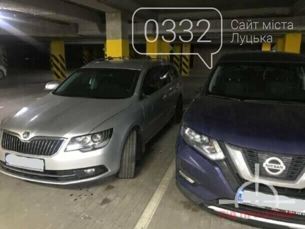 У луцькій новобудові вандал потрощив автівки: порушника забрала поліція, фото-1