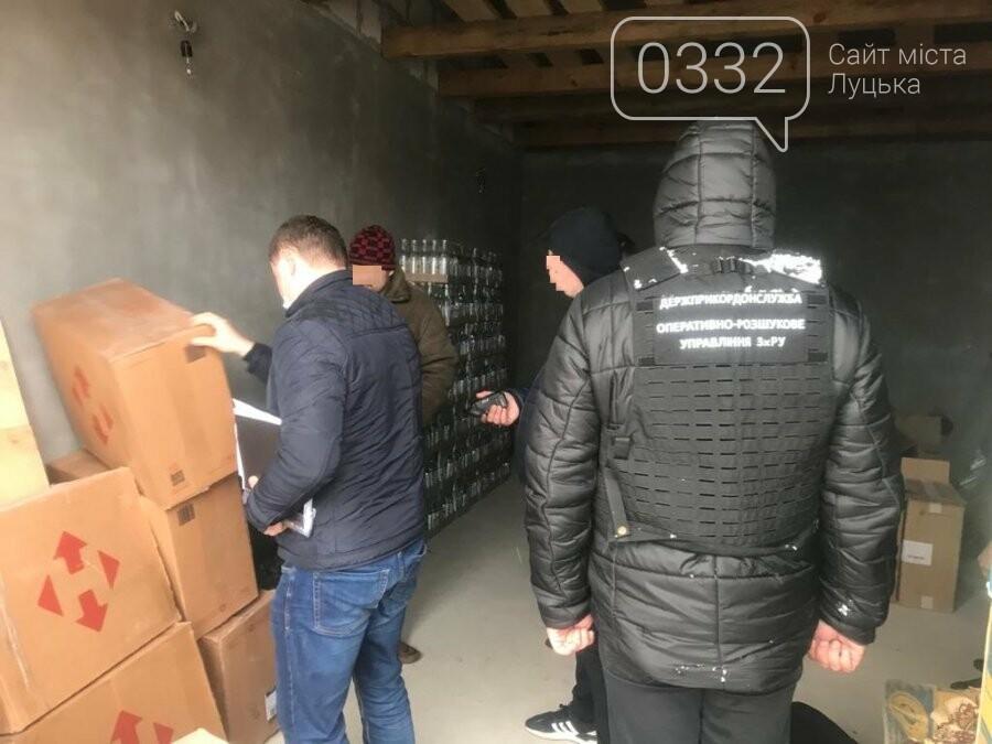 Прикордонники Луцького загону зупинили бус, вщент запакований контрафактом, фото-5