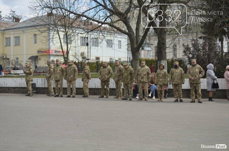 У Луцьку попрощалися із полеглим на Сході Героєм Сергієм Сулимою. ФОТО, фото-47