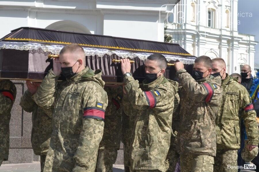 У Луцьку попрощалися із полеглим на Сході Героєм Сергієм Сулимою. ФОТО, фото-46