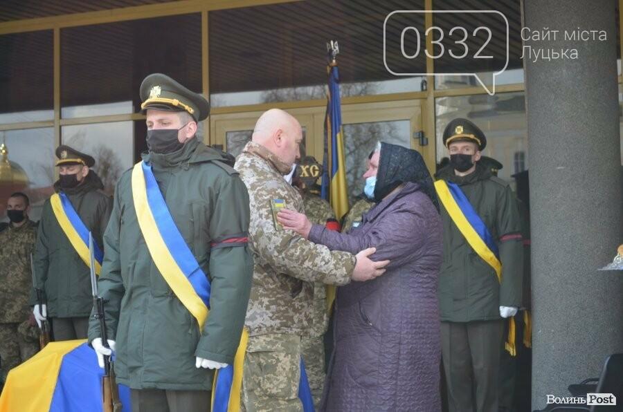 У Луцьку попрощалися із полеглим на Сході Героєм Сергієм Сулимою. ФОТО, фото-9