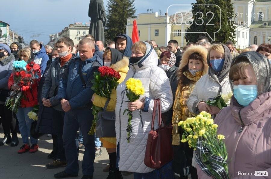 У Луцьку попрощалися із полеглим на Сході Героєм Сергієм Сулимою. ФОТО, фото-39