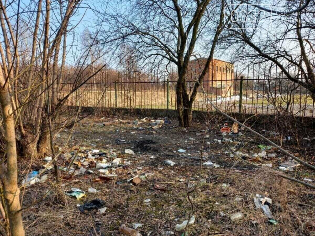 У Луцьку біля стадіону - шприци, пляшки та чагарники, фото-2