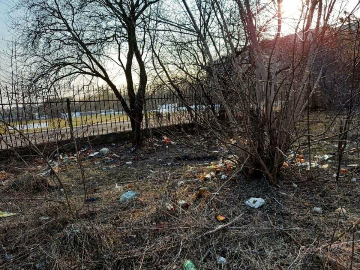 У Луцьку біля стадіону - шприци, пляшки та чагарники, фото-1