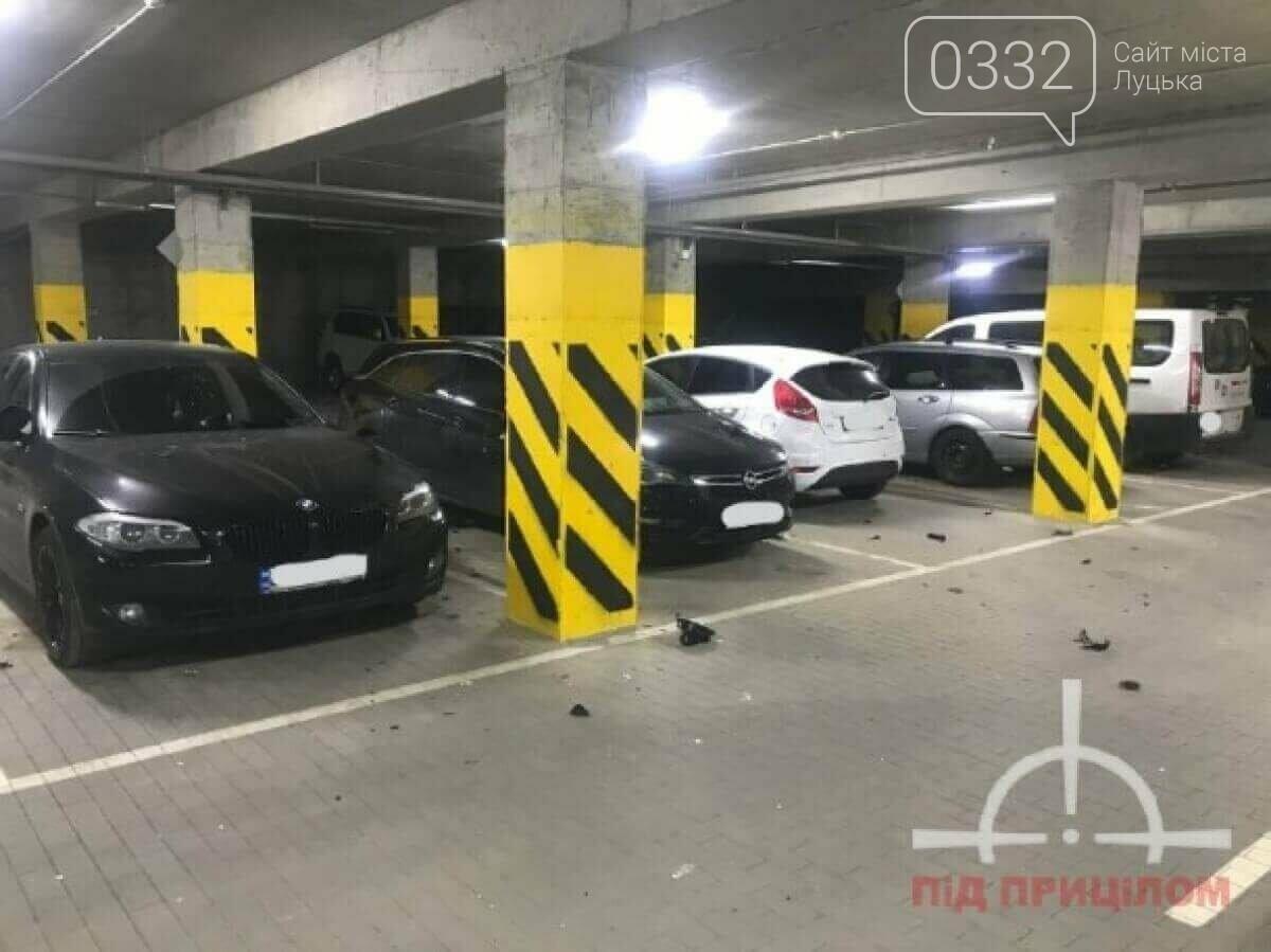 У луцькій новобудові вандал потрощив автівки: порушника забрала поліція, фото-2