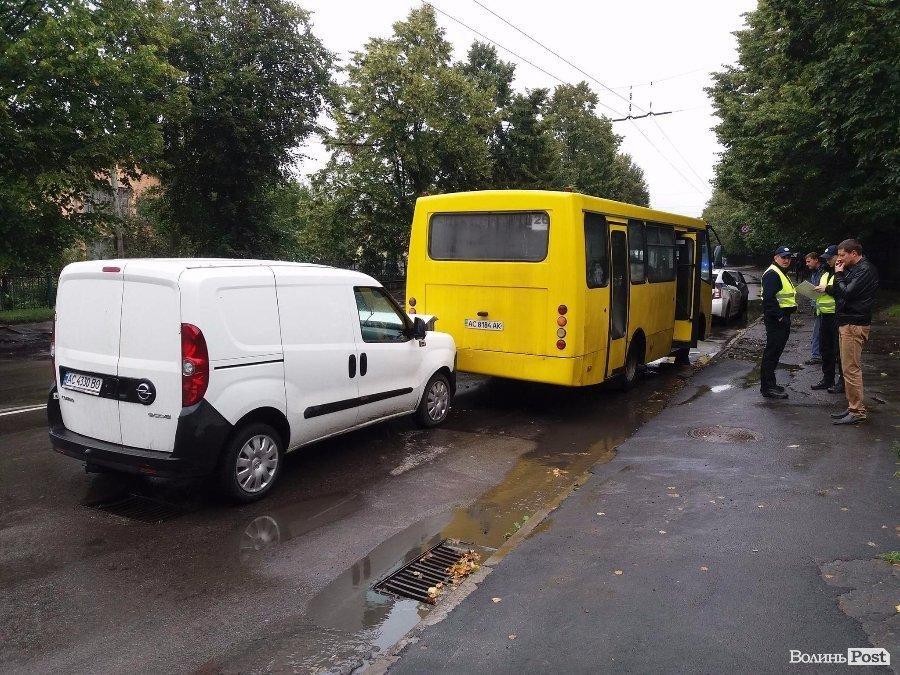 На Львівській сталася ДТП за участі маршрутки, фото-4