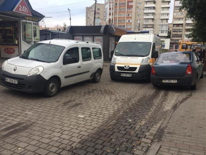 """Паркуються так, щоб і """"швидка"""" не проскочила, фото-1"""
