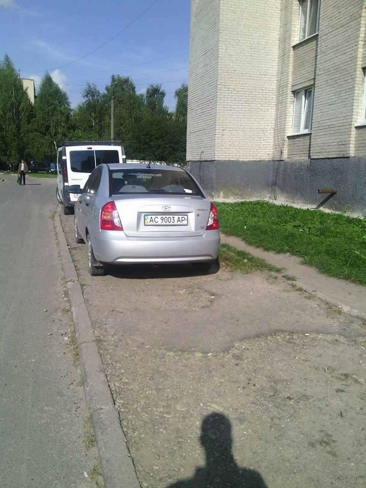 Лучани продовжують порушувати правила паркування, фото-2