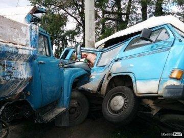 Випив - за кермо не сідай: біля Струмівки вантажівка зім'яла мікроавтобус , фото-1