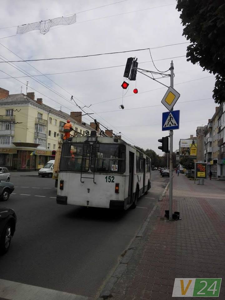 У Луцьку тролейбус не розминувся із світлофором, фото-1