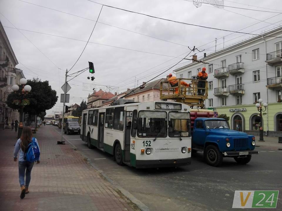 У Луцьку тролейбус не розминувся із світлофором, фото-2