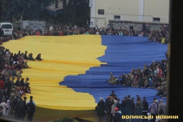 В Луцьку розгорнули найбільший  у світі прапор , фото-1