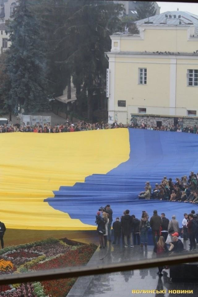 В Луцьку розгорнули найбільший  у світі прапор , фото-2