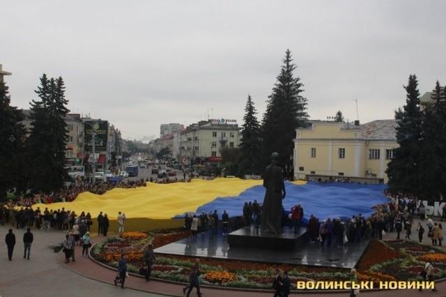 В Луцьку розгорнули найбільший  у світі прапор , фото-3