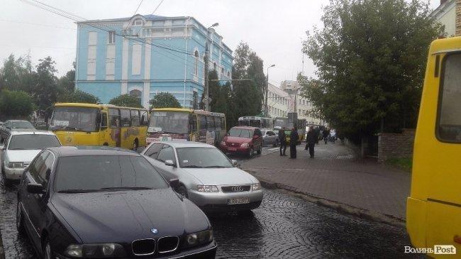 ДТП на вулиці Богдана Хмельницького: рух ускладнений, фото-1