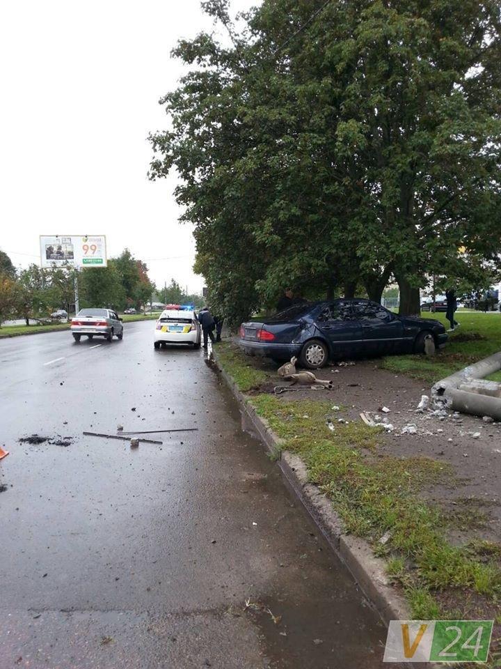 У Луцьку автівка знесла електроопору (ФОТО), фото-1