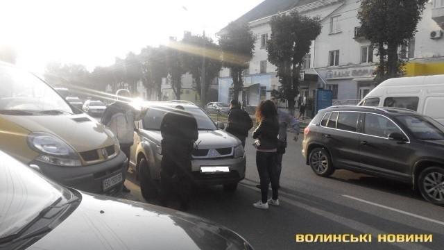 ДТП у Луцьку: зіткнулись автомобіль і маршрутка, фото-1