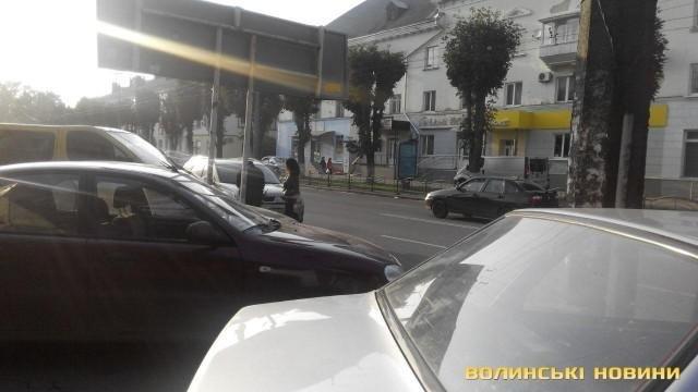 ДТП у Луцьку: зіткнулись автомобіль і маршрутка, фото-2
