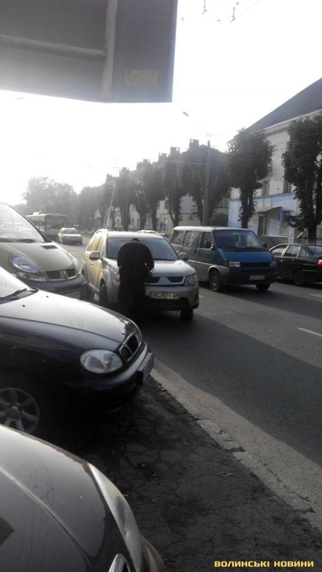 ДТП у Луцьку: зіткнулись автомобіль і маршрутка, фото-4