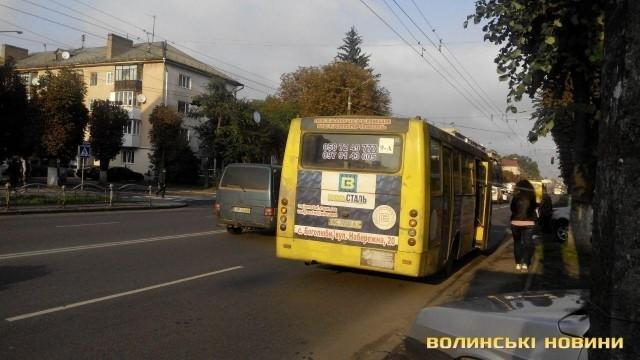 ДТП у Луцьку: зіткнулись автомобіль і маршрутка, фото-5