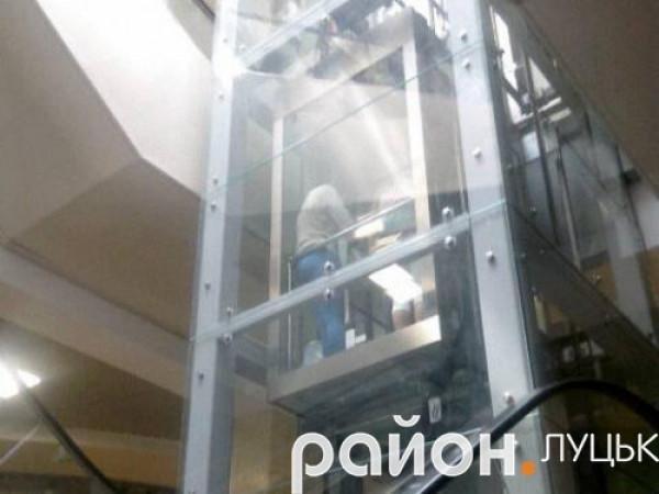 Через знеструмлення центру Луцька люди застрягли у ліфтах ЦУМу, фото-1