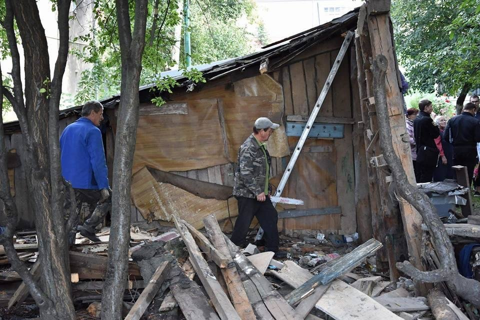 У Луцьку муніципали ліквідували аварійні конструкції, фото-1