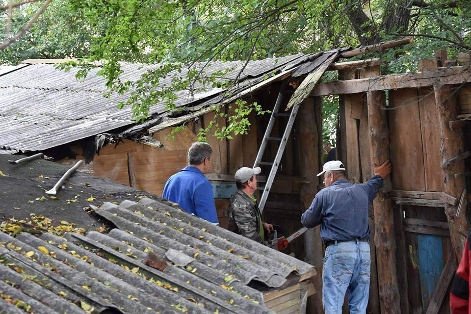 У Луцьку муніципали ліквідували аварійні конструкції, фото-4