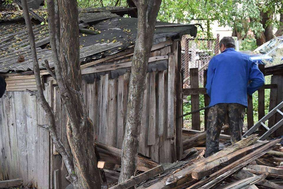 У Луцьку муніципали ліквідували аварійні конструкції, фото-5