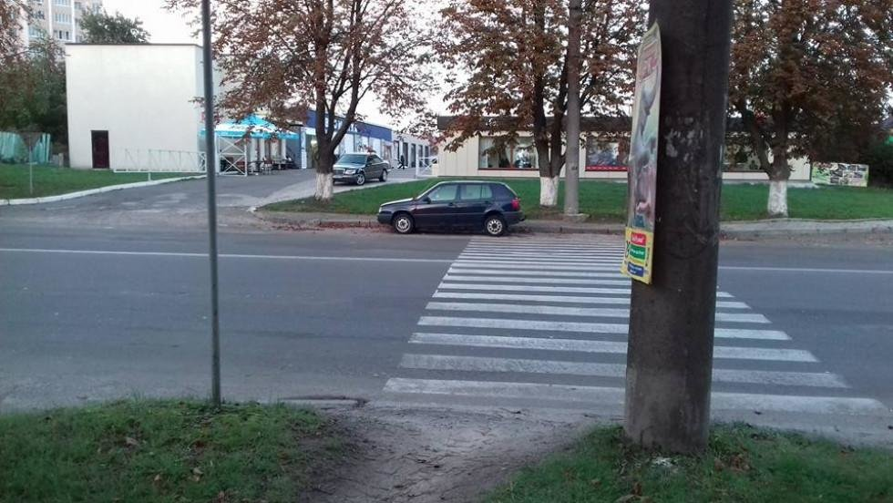 Залишена автівка тиждень стоїть на пішоходному переході, фото-2