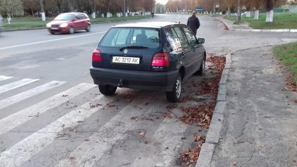 Залишена автівка тиждень стоїть на пішоходному переході, фото-3