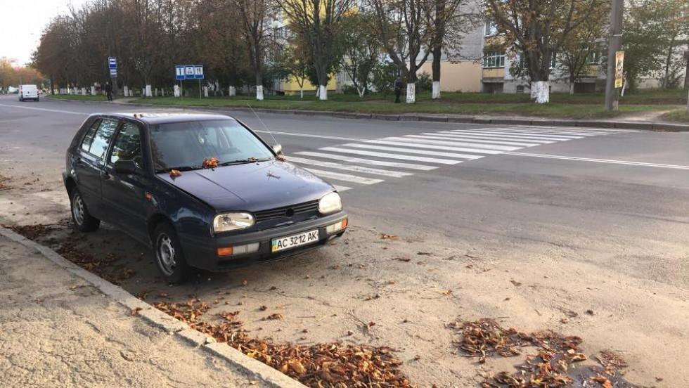 Залишена автівка тиждень стоїть на пішоходному переході, фото-1