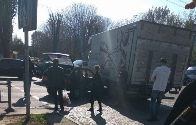 """У Луцьку """"дев'ятка"""" протаранила вантажівку, фото-1"""