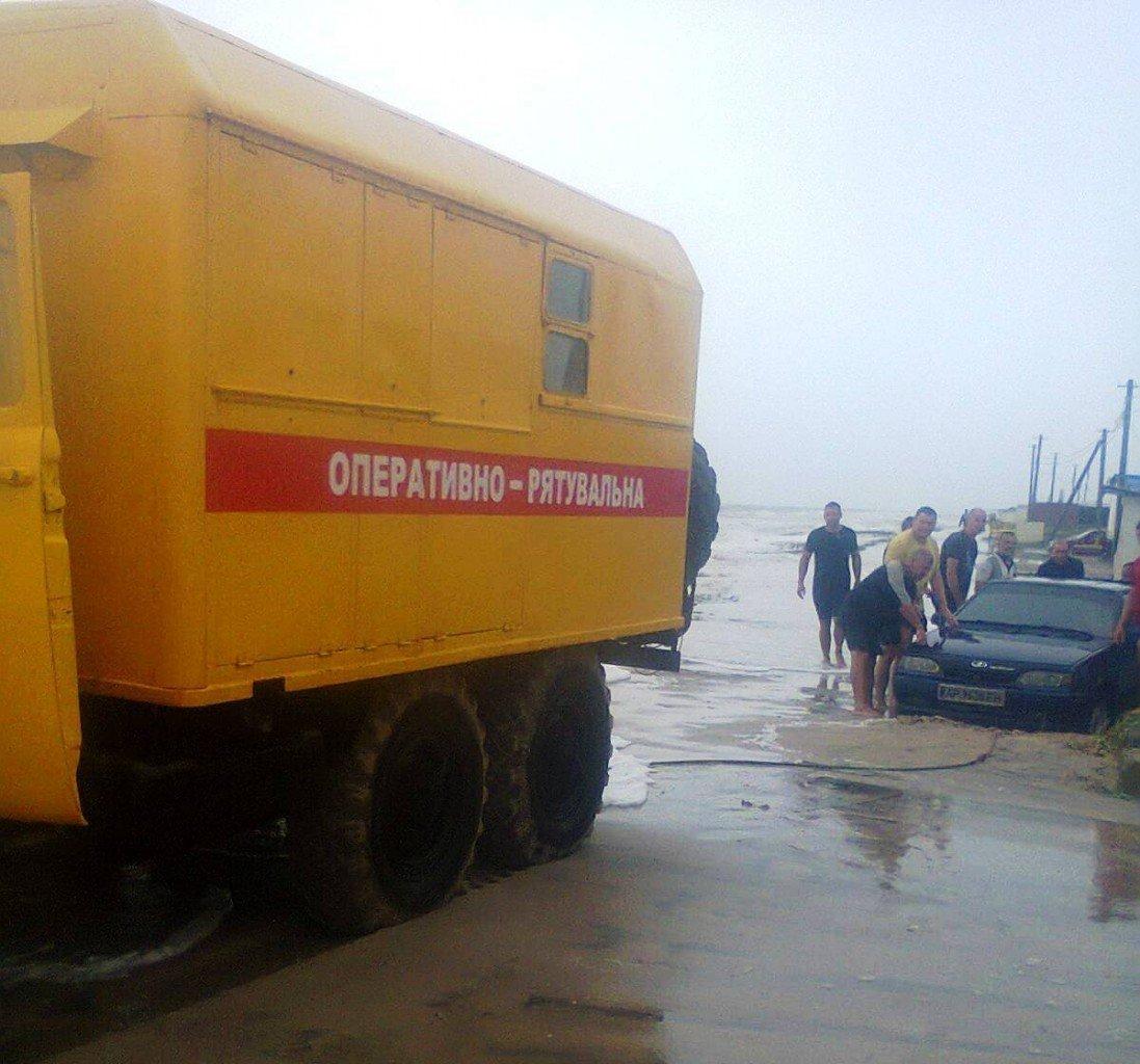 У Запорізькій області шторм відрізав відпочивальників від материка, фото-1