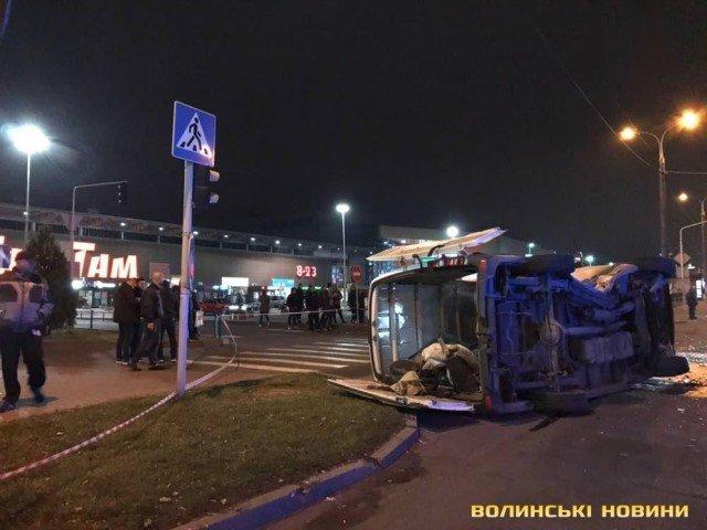 ДТП в Луцьку: перекинутий мікроавтобус, розтрощене ВМW (ФОТО, ВІДЕО), фото-1