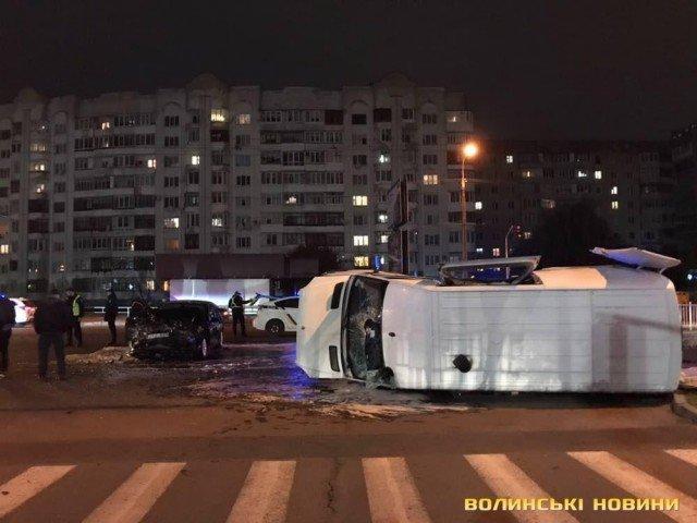 ДТП в Луцьку: перекинутий мікроавтобус, розтрощене ВМW (ФОТО, ВІДЕО), фото-2