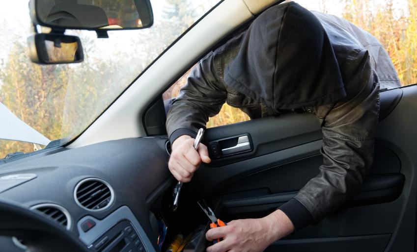 Поліцейські розшукали прикарпатця, який обікрав автомобіль